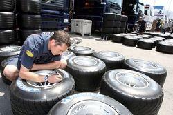 Un membre de l'équipe Red Bull Racing marque des pneus Michelin