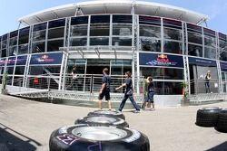 Pneus Michelin devant le Red Bull Energy Station