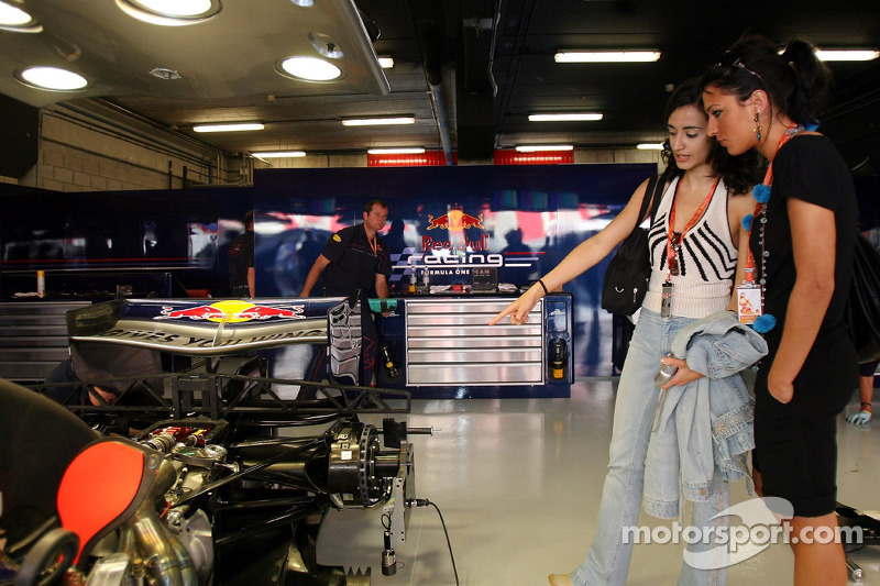Des jeunes femmes de la Formule 1 dans le garage de Red Bull Racing