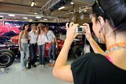 Des jeunes femmes de la Formule 1 dans le garage de la Scuderia Toro Rosso