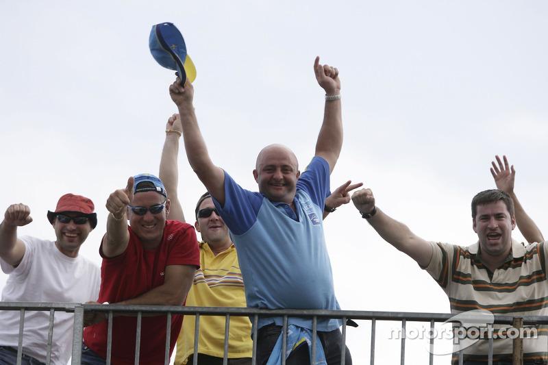 Des fans regardent la course GP2