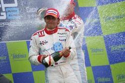 Lewis Hamilton deuxième, arrose de champagne