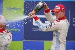 Alexandre Premat fête sa victoire avec du champagne