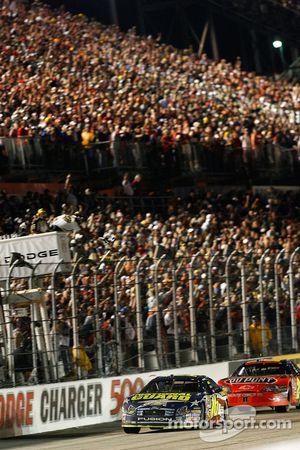 Greg Biffle passe la ligne d'arrivée devant Jeff Gordon