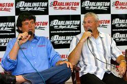 Michael Waltrip et Dale Jarrett parlent avec les médias alors que Jarrett pilotera pour Waltrip en 2