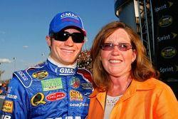 Brian Vickers pose pour une photo avec sa mère, Ramona Vickers