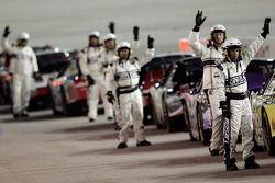 Des employés de la NASCAR Busch Series signalent le fait que les pilotes sont prêts pour la Diamond