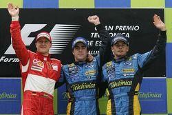 Подиум: победитель гонки Фернандо Алонсо с Михаэлем Шумахером и Джанкарло Физикеллой