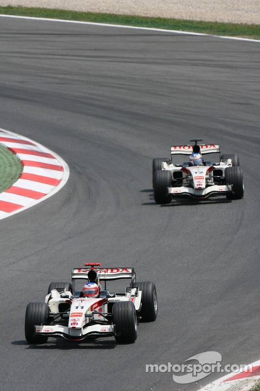 Rubens Barrichello devant Jenson Button