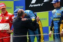 Podium: race winner Fernando Alonso celebrates with King of Spain Juan Carlos, Michael Schumacher and Giancarlo Fisichella