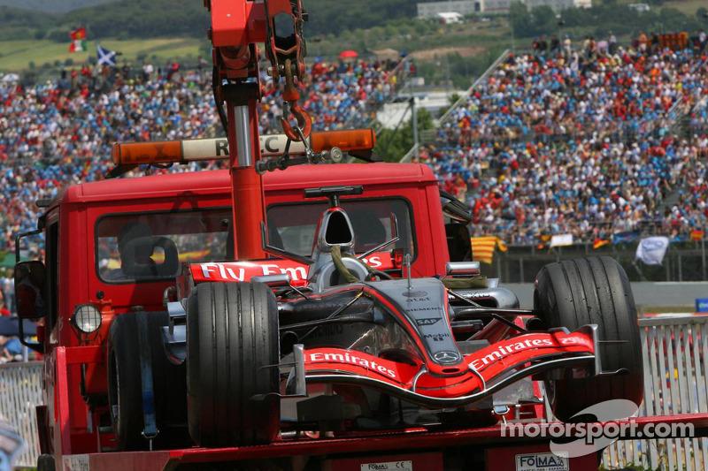 La voiture de Juan Pablo Montoya est prise à l'arrière de la ligne des stands