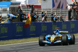 Fernando Alonso passe sous le drapeau à damier
