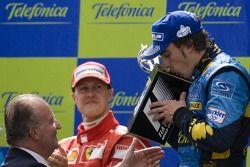Podium: Fernando Alonso reçoit le trophée des mains du roi d'Espagne Juan Carlos