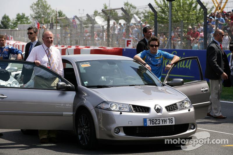 Le roi d'Espagne Juan Carlos et Fernando Alonso font un tour du circuit à bord d'une Renault Mégane