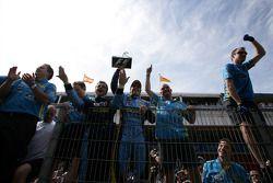 Победитель гонки Фернандо Алонсо празднует вместе с членами команды Renault F1 team