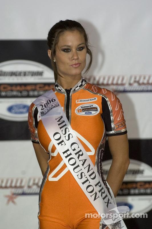 Podium: Une jolie jeune femme de Champ Car