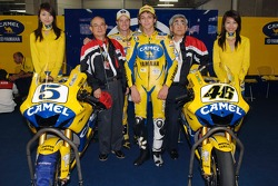 Colin Edwards et Valentino Rossi posent avec des invités