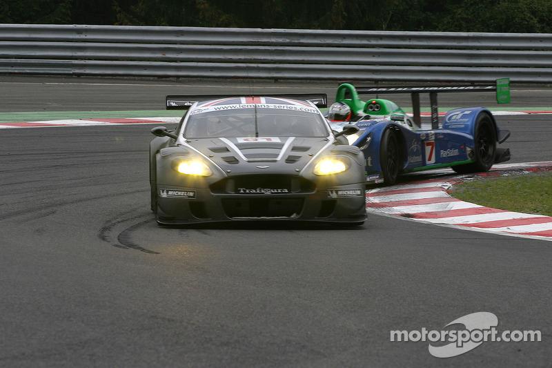 Chicane de l'arrêt de bus - #61 Cirtek Motorsport Aston Martin DBR9: Antonio Garcia & #17 Pescarolo Sport Pescarolo C60 Judd: Emmanuel Collard, Jean-Christophe Boullion