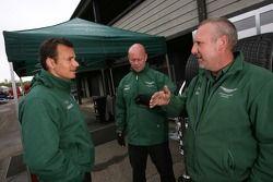 Stéphane Sarrazin parle avec les membres de l'équipe Aston Martin Racing