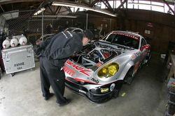 Les membres de l'équipe Multimatic Motorsports Team Panoz au travail