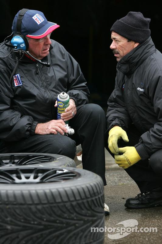 Les membres de l'équipe Autocon Motorsports préparent les pneus