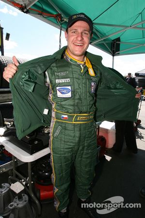 Tomas Enge fête sa pole position en GT1
