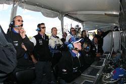 James Weaver et l'équipe Dyson Racing regardent les qualifications