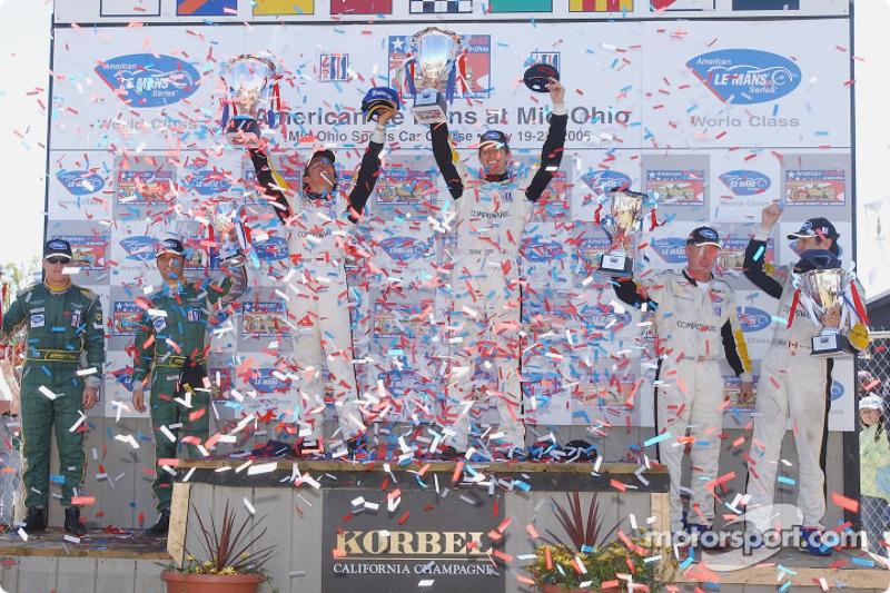 Podium LMGT1: les vainqueurs Olivier Beretta et Oliver Gavin, deuxième place, Ron Fellows et Johnny O'Connell, troisième place, Tomas Enge et Darren Turner