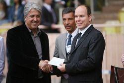 Match de football de charité: Prince Albert II de Monaco donne un chèque de charité