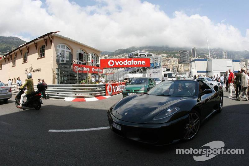 Une voiture de série Ferrari dans les rues de Monaco