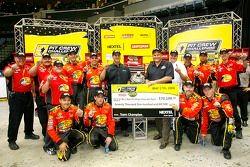 L'équipe de stand de #1 Bass Pro Shops Chevrolet, conduite par Martin Truex Jr., célèbrent leur victoire en NASCAR Nextel Pit Crew Challenge
