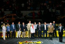 Le président de la NASCAR Mike Helton parle durant la cérémonie d'ouverture de la NASCAR Nextel Pit Crew Challenge à la Charlotte Bobcats Arena de Charlotte