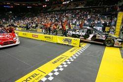 L'équipe de la #1 Bass Pro Shops Chevrolet passe la ligne d'arrivée devant la #9 Dodge Dealers/UAW Dodge pour gagner la NASCAR Nextel Pit Crew Challenge