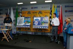 Le pilote Kyle Petty à une conférence de presse pour annoncer ses plans de construire le Kurt Busch'
