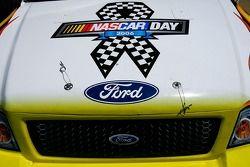 Un camion est peint avec le logo de la NASCAR Day