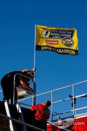 L'équipe de stand de Martin Truex Jr. Monte le drapeau après la victoire au Pit Crew Challenge