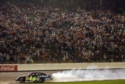 Jimmie Johnson fait chauffer son moteur après sa victoire à la NASCAR Nextel Cup Series All-Star Cha