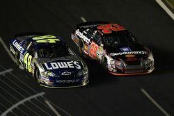 Jimmie Johnson et le pilote Kevin Harvick de #29 GM Goodwrench Chevrolet durant la NASCAR Nextel Cup Series All-Star Challenge