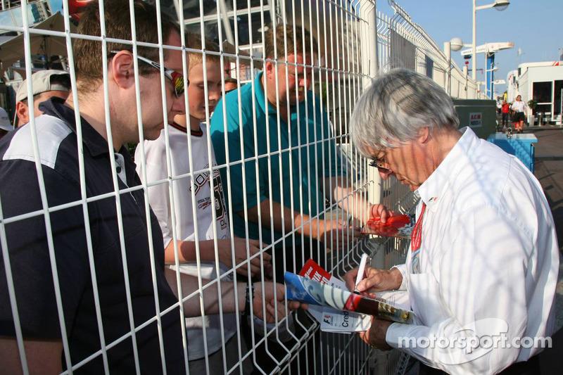Bernie Ecclestone signe un autographe