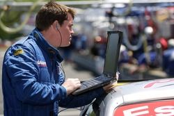Le membre de l'équipe Multimatic Motorsports au travail