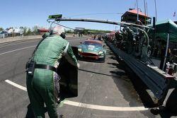 Pitstop for #007 Aston Martin Racing Aston Martin DB9: Tomas Enge, Darren Turner