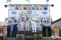 Podium LMP1: les vainqueurs Allan McNish et Rinaldo Capello, avec les deuxièmes James Weaver et Butc