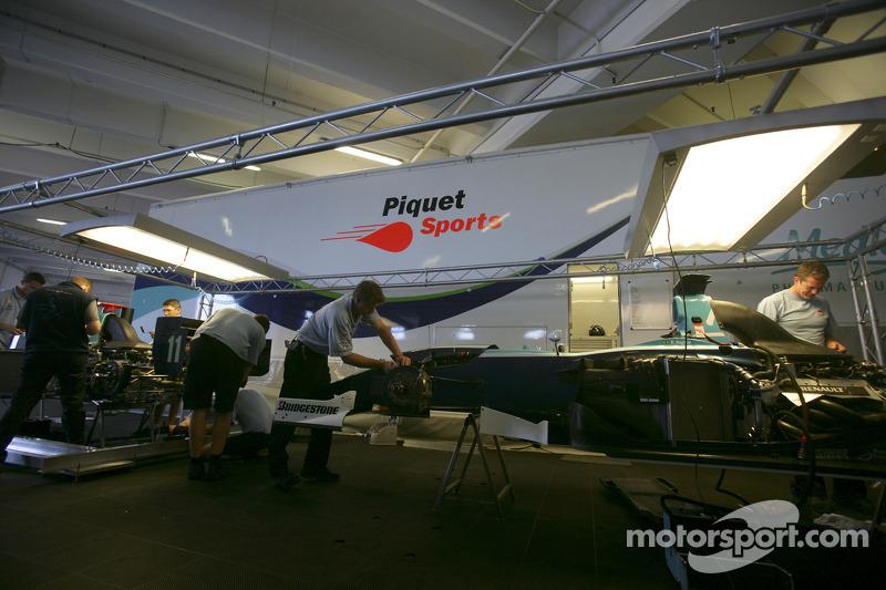 Le garage de l'équipe Piquet Sports