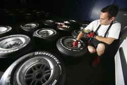 Механики команды ART Grand Prix проверяют шины