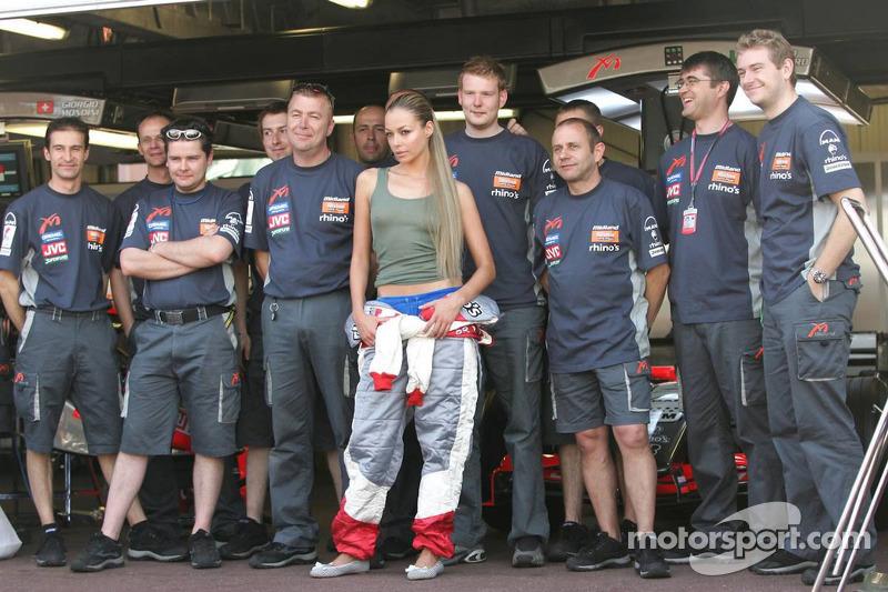 L'équipe Midland F1 avec un mannequin dans la ligne des stands