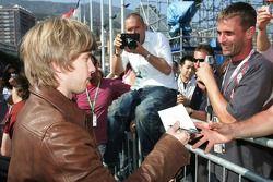 Nick Heidfeld signe des autographes pour un fan avec Michel Comte