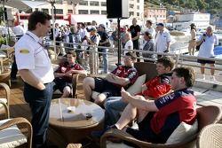 Jeudi refroidi: le directeur sportif Christian Horner, Michael Ammermueller et les ingénieurs de l'équipe Red Bull Junior Team