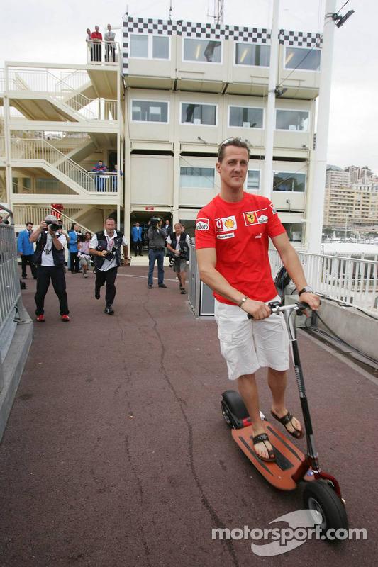 Michael Schumacher quitte les stewards après une réunion