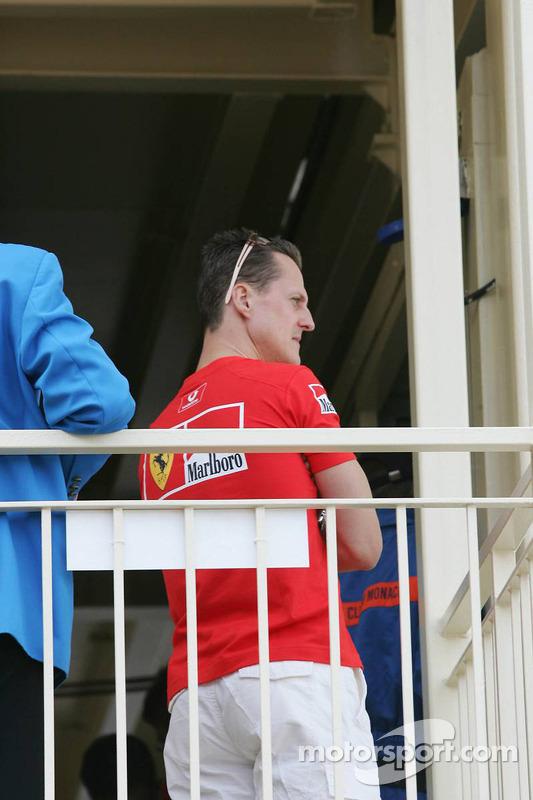Michael Schumacher asiste a los oficiales de pista con respecto a su pole position