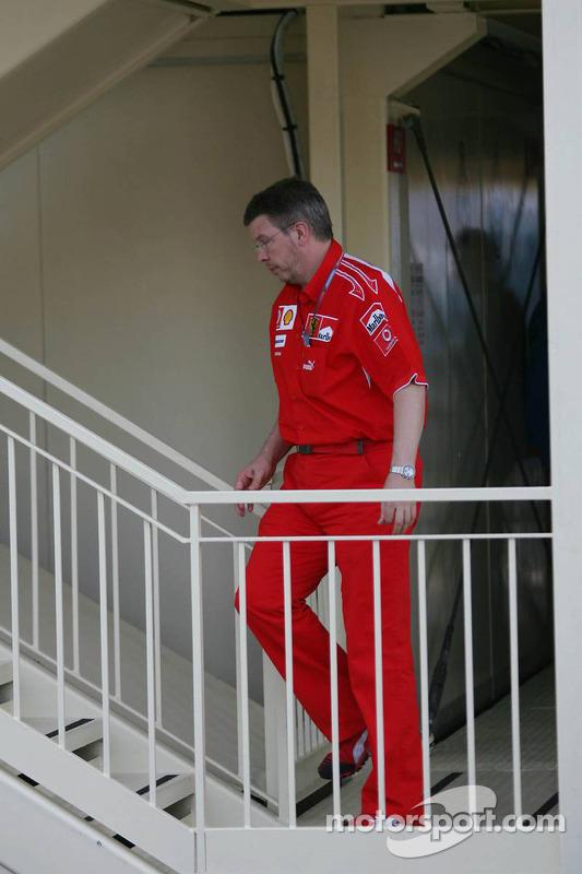 Ross Brawn asiste a delegados de la carrera durante encuentro acerca de la Pole position de Schumach